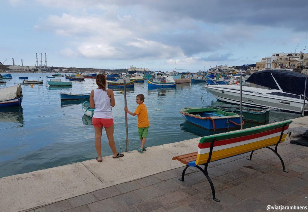 Contemplant les típiques barques luzzus de Marsaxlokk